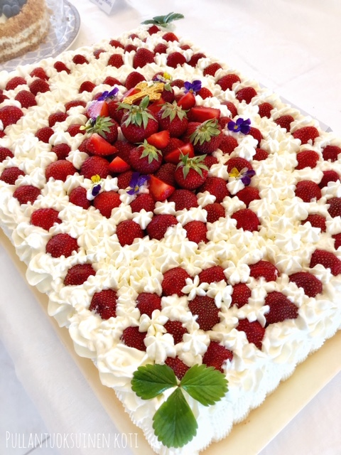 #rippijuhlat #rippijuhlakakku #mansikkakakku #leivonta #kakku #kermakakku #levykakku #isokakku #resepti #mansikka #strawberry #strawberrycake #creamcake #pullantuoksuinenkoti #ristikoriste