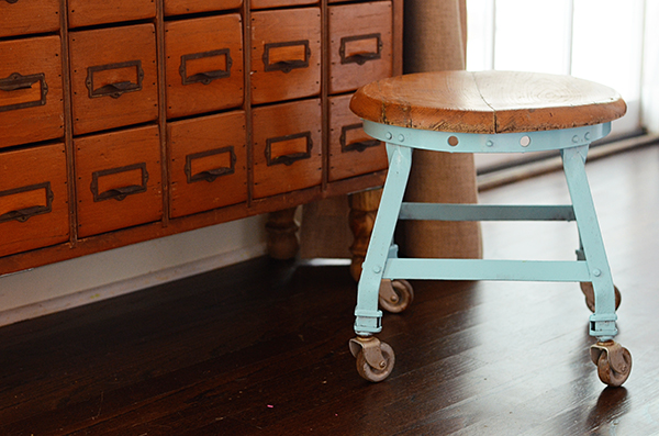 DIY Stool Makeover -  If you loved painted furniture or are thinking about using Chalk paint on furniture for the first time then you should check this post full of 25 incredible makeoevers. 25 Fabulous painted furniture ideas!