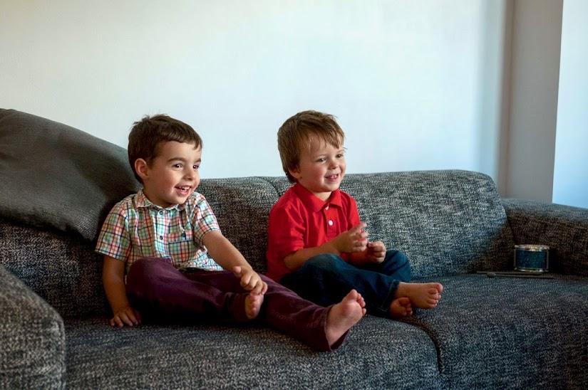 Niños descalzos en casa