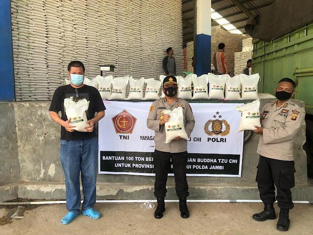 Polda Jambi Terima Bantuan 100 Ton Beras dari Yayasan Buddha Tzu Chi
