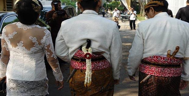 Alasan Mengapa Keris Orang Jawa di Ketakan di Belakang