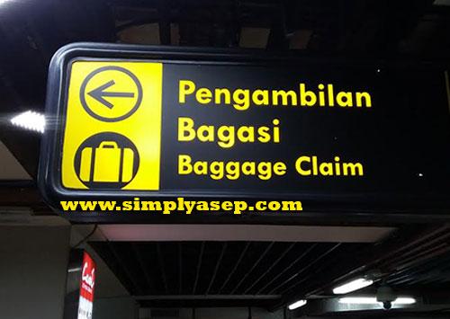 BAGASI:   Anda akan mudah menemukan tempat pengambilan bagasi karena semua instruksi di Bandara Soekarno Hatta juga dilengkapi dengan bahasa Indonesia.  Foto Asep Haryono