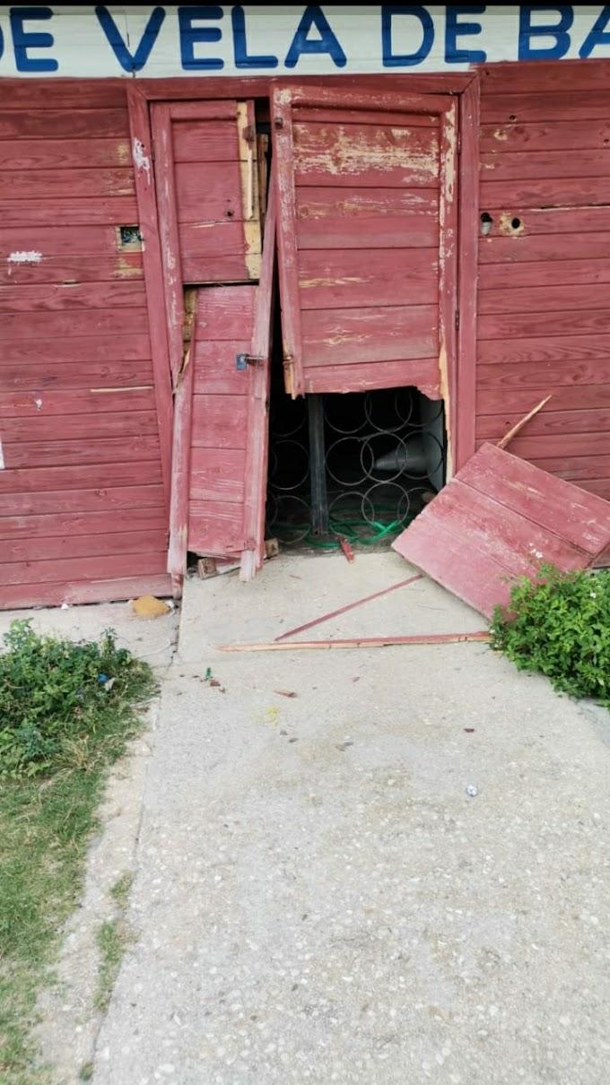 DELINCUENTES ROMPEN PUERTA Y ROBAN EN ESCUELA DE VELA EN EL BULEVAR MARIA MONTEZ