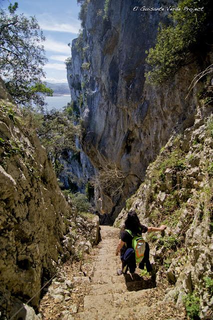 Escaleras al Faro del Caballo - Santoña, por El Guisante Verde Project