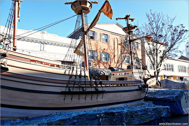 Carroza del Mayflower en el Desfile de Acción de Gracias de Plymouth