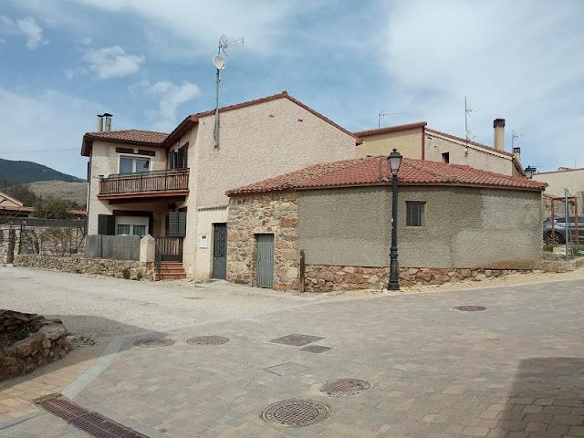 Desvio a la izquierda por la Calle de la Fuente en San Mamés para ir a la Chorrera