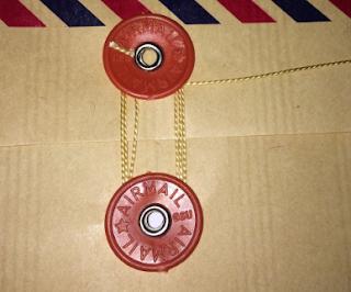 Simpul yang tepat untuk mengikat tali pada amplop lamaran kerja.