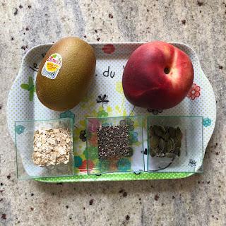 Ingrédients du smoothie du petit-déjeuner : nectarine, kiwi, flocons d'avoine, graines de chia et graines de courge
