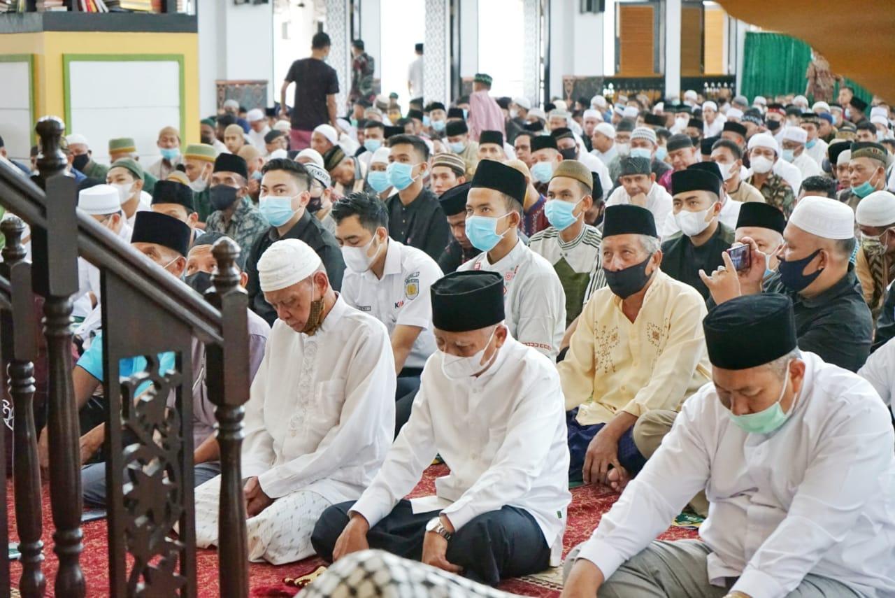 Bupati Asahan Beserta Keluarga Sholat Ied di Masjid Agung H. Achmad Bakrie Kisaran