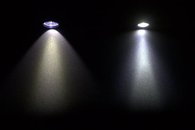 Porównanie wiązek światła: po lewej Olight M2R, po prawej Olight S2 Baton