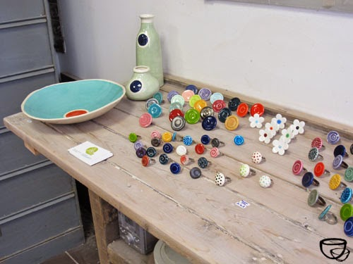 """Créations en faience engobée colorée de """" La céramique de Flo """"  invitée à exposer à l'Argilerie. 75019"""
