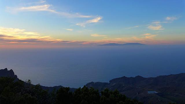 Sonnenuntergang auf La Gomera - steiger Blick vom Berghang auf den Ozean bei Abenddämmerung