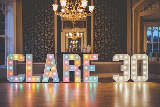Dicas-de-decoracao-com-letreiros-luminosos-para-casamento-aniversario