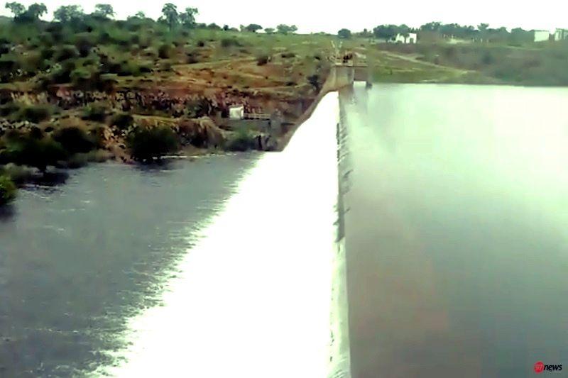 Barragem que abastece os municípios de Brumado e Malhada de Pedras volta a transbordar na noite de segunda (27)