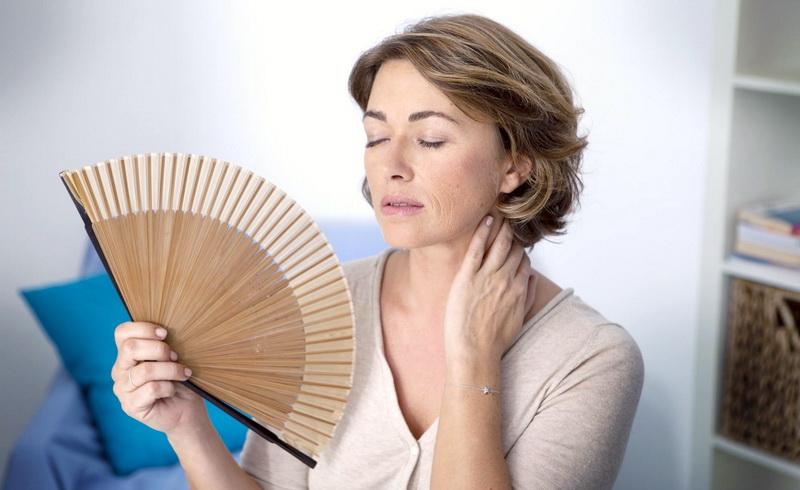 Εμμηνόπαυση: 10 φυσικοί τρόποι για να αντιμετωπίσετε τα συμπτώματά της