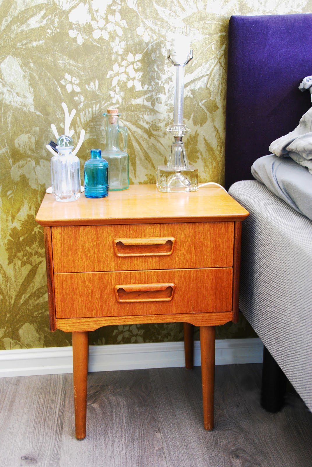 c3fe39de Jeg har kjøpt meg et par teak nattbord på loppemarked, og har hatt så lyst  til å få brukt de på soverommet. De er ikke bare fantastisk fine, ...