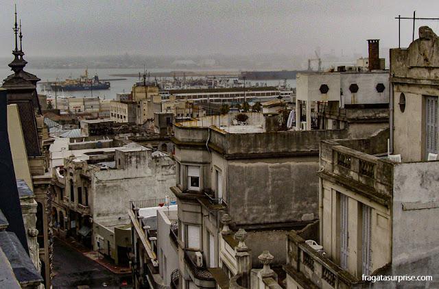 Porto de Montevidéu visto de um terraço da Ciudad Vieja