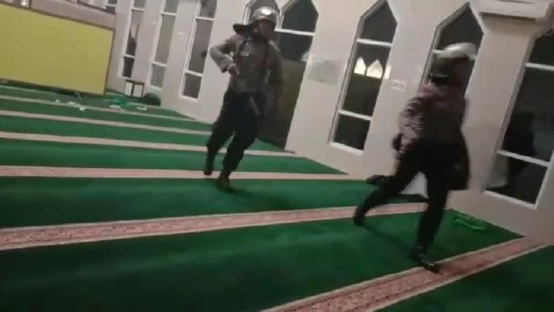 Dua Polisi di Makasar yang Masuk Masjid Tanpa Lepas Sepatu Ditahan 14 Hari