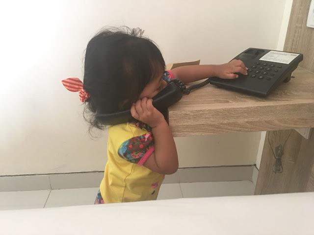 bermain dengan telepon di hotel