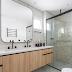 Banheiro branco e amadeirado com seixos e metais pretos + espelho cantos arredondados!