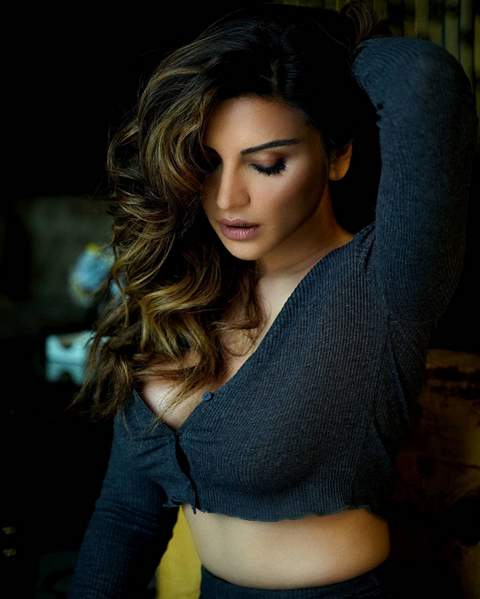 shama-sikander-raises-temperature-diva-look