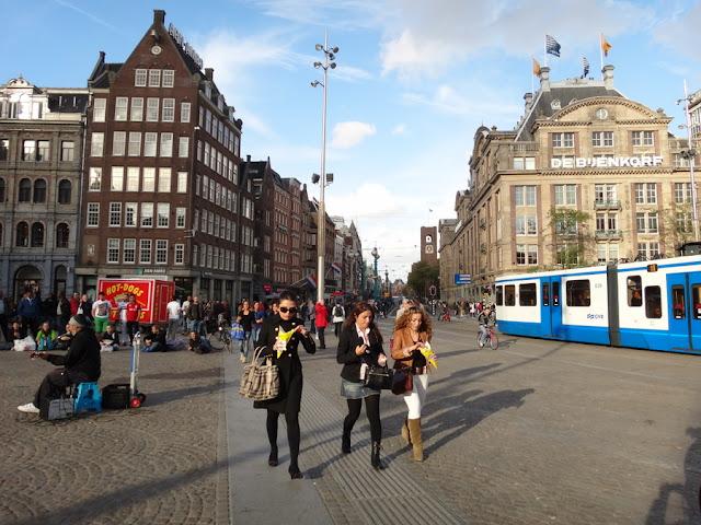 a maior loja de departamentos de luxo de Amsterdam - De Bijenkorf - fica na Praça Dam