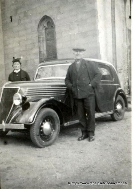 Voiture ancienne, photo noir et blanc.