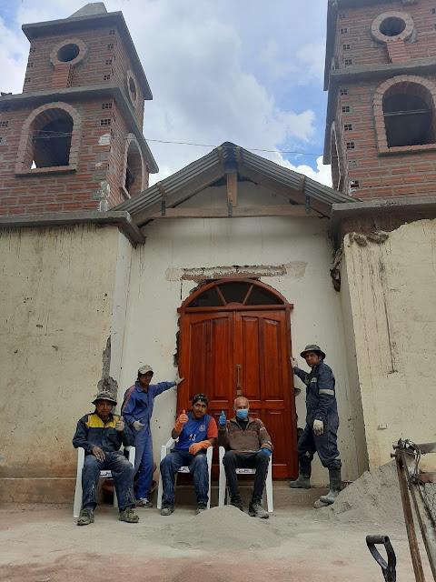 Die Kapelle von Zapatera mit neuer Kirchentür aus Zedernholz. Jetzt muss sie noch montiert werden. Die Einweihung der renovierten Kapelle am Weihnachtstag, wenn es das Wetter noch zulässt. Ich freue mich darauf.