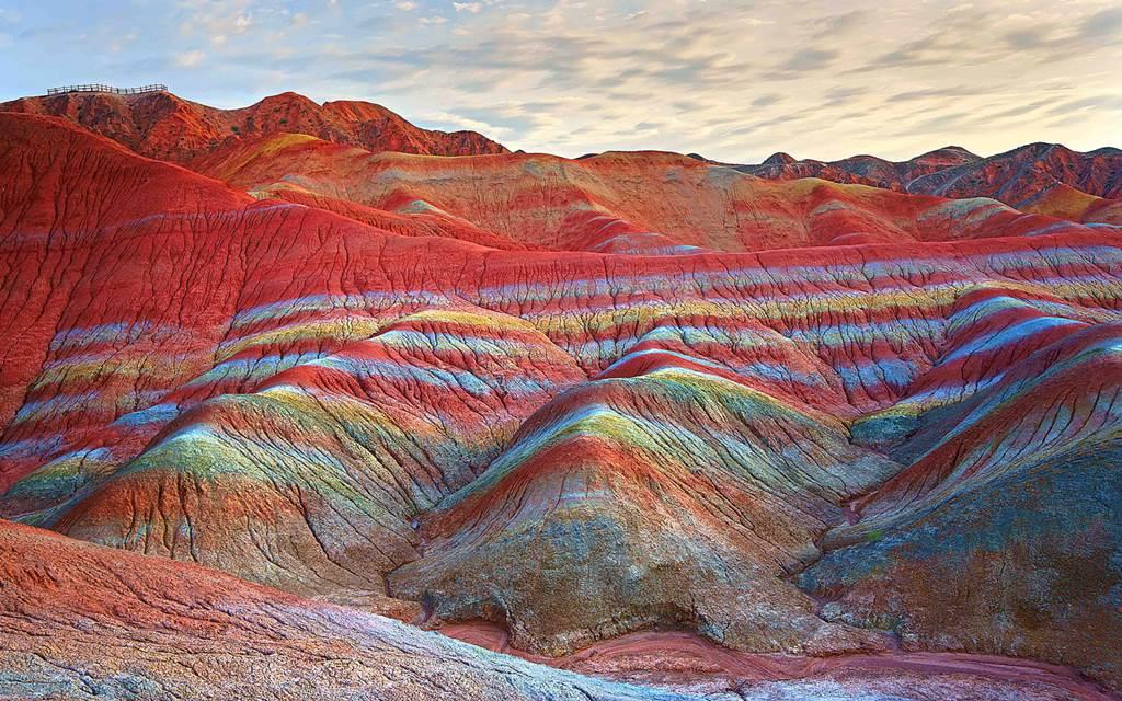 Цветные скалы чжанъе в Китае