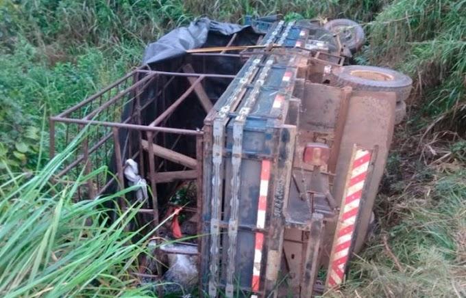 Caminhão 'pau de arara' capota e deixa 17 estudantes feridos na Bahia