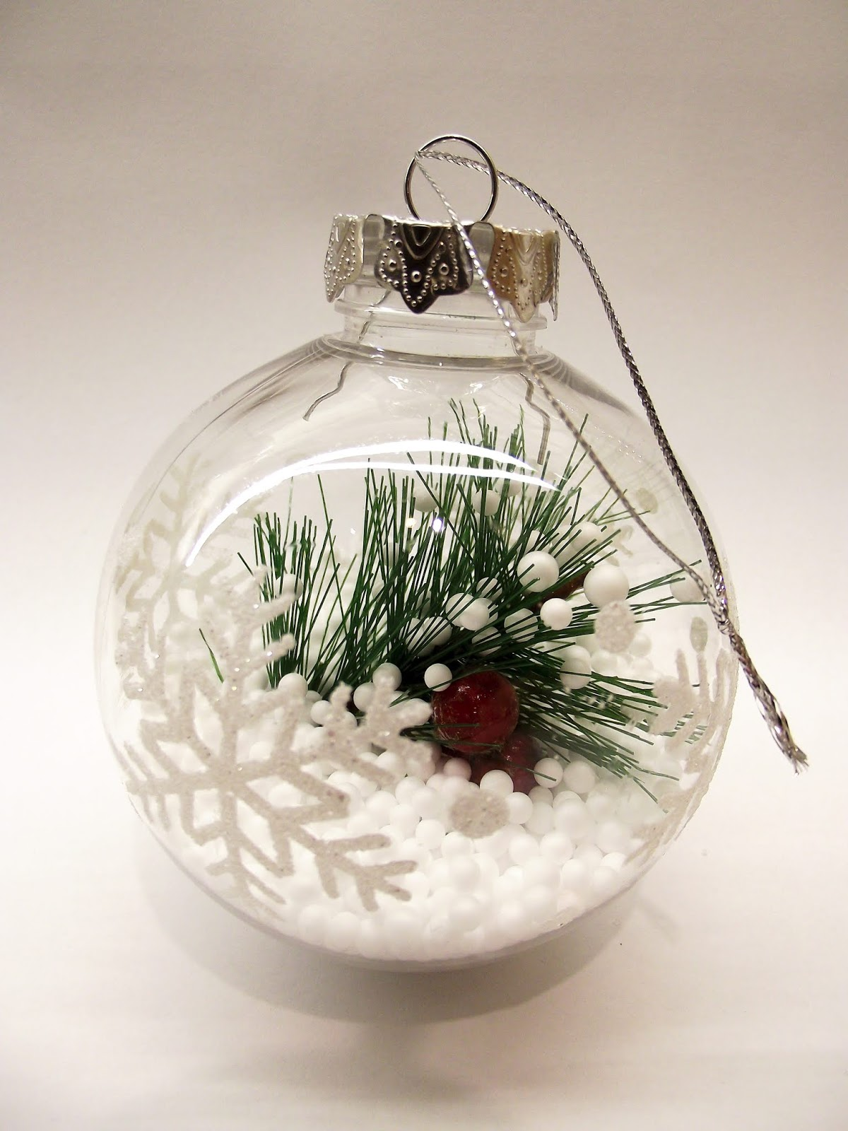bola de nieve transparente decorada por navidad