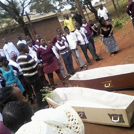 Apparently not happy with the state of affairs, angry parents have taken over their children's school with coffins with which they threatened to bury the lazy teachers.