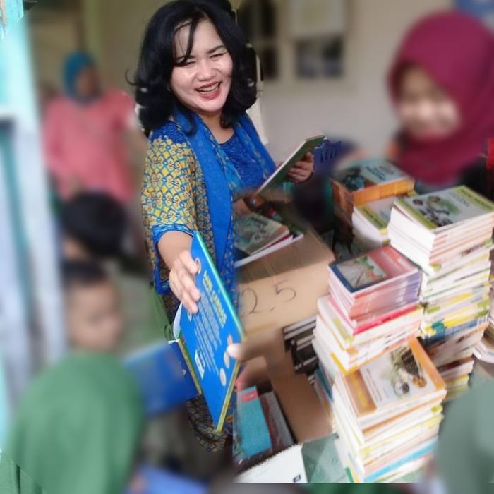 Turut Serta Wujudkan Kecerdasan Anak Bangsa, Nurlita Glontorkan Ribuan Buku ke Sekolah