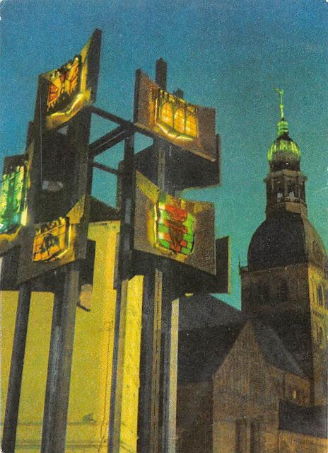 Рига. Домская площадь. Скульптура с гербами городов-побратимых Риги