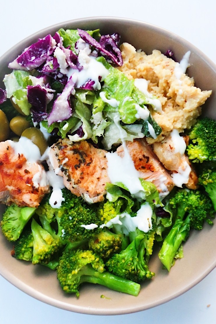 Mediterranean salmon bowl – a healthy easy dinner recipe that is full of flavor, super satisfying and ready in around 30 minutes. To make this low-carb / keto use low-carb hummus instead of regular hummus.