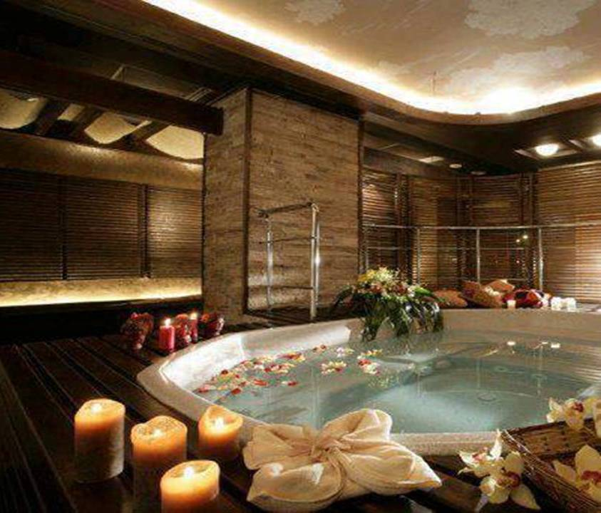 15 Romantic Jacuzzi Suites