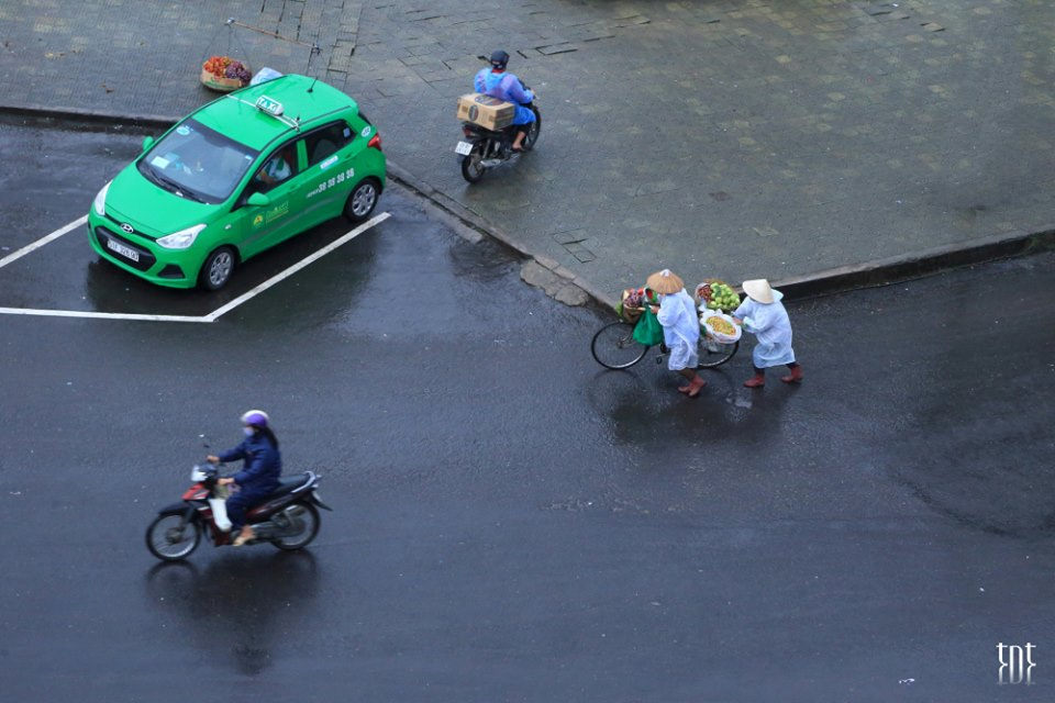 Những dòng người vội vã trong mưa - Ảnh: Trương Ngọc Thụy