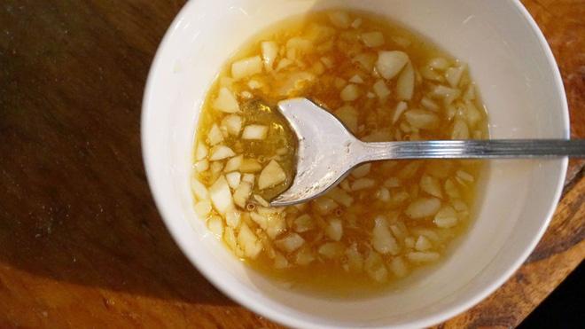 Gà chiên thêm nguyên liệu siêu quen thuộc này sẽ vừa mềm vừa thơm lại đậm đà