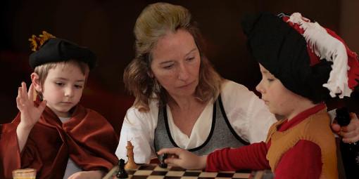 Une image réalisée dans le cadre scolaire, en référence à la toile du Caravage « Les joueurs d'échecs », avec Antoine, Aurora et Augustin Rodriguez - Photo © Sud-Ouest
