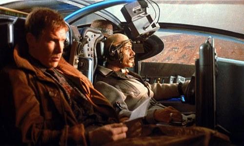 O filme Blade Runner conta a história de Rick Deckard (vivido por Harrison Ford), um homem especializado em caçar robôs em Los Angeles no ano 2019