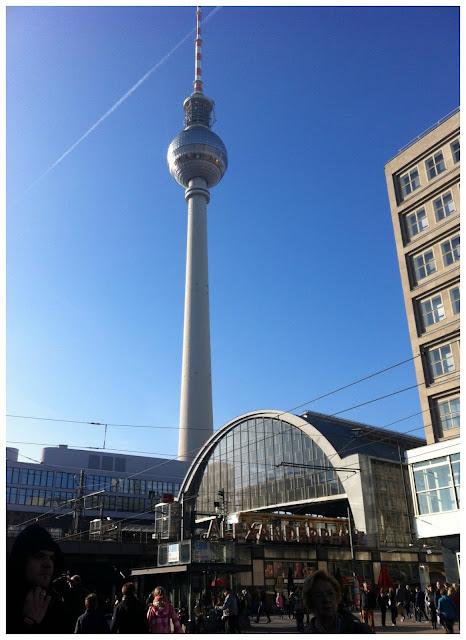 Dicas práticas para viajar de trem e ônibus na Alemanha - Bahnhof Alexanderplatz