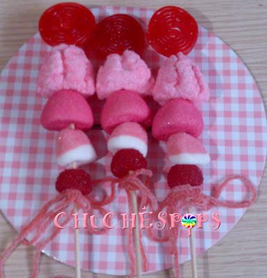 Brochetas de Golosinas en colores rojo y rosa peppa pig