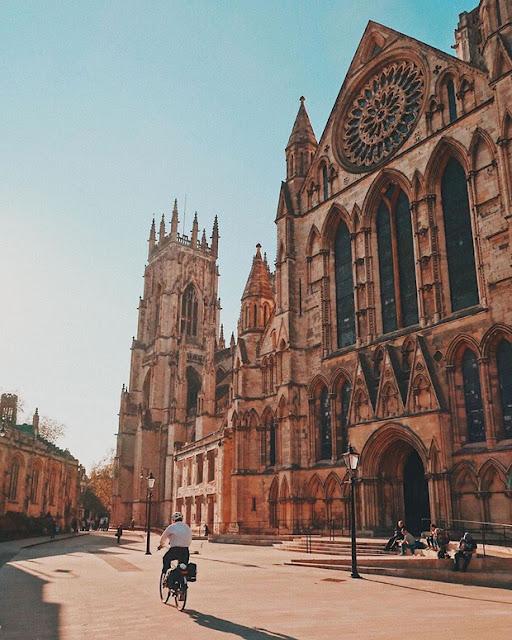 """ork Minster là nhà thờ Gothic lớn nhất của nước Anh và lớn thứ hai tại Bắc Âu. Nhà thờ toạ lạc tại thành phố York - tọa độ nổi tiếng với nhiều di tích lịch sử tại xứ sở sương mù. Câu chuyện của nhà thờ này khá giống với nhà thờ Đức Bà ở Paris. Năm 1984, một đám cháy đã bùng phát mạnh ở phía nam nhà thờ, dẫn đến sự sụp đổ phần mái. Trước sự cứu trợ của nhiều người, nhiều hiện vật bên trong đã được bảo vệ kịp thời. Ngày nay, sau 4 năm thực hiện công tác phục hồi, York Minster đã hoàn toàn được """"hồi sinh"""" và vẫn là một trong những công trình thời Trung Cổ đẹp nhất ở châu Âu."""