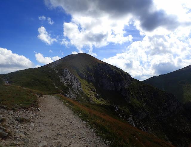 Najniższy z Czerwonych Wierchów oglądany z okolic przełęczy