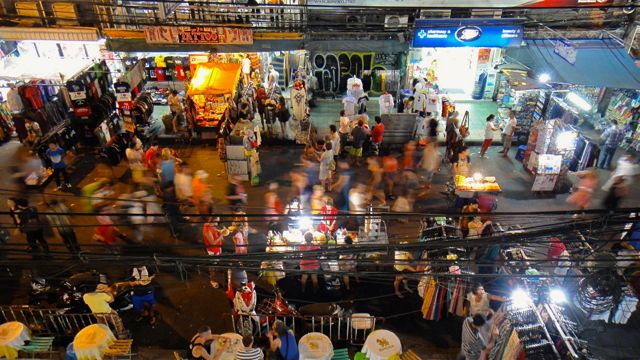Keramaian kawasan Khao San Road pada malam hari