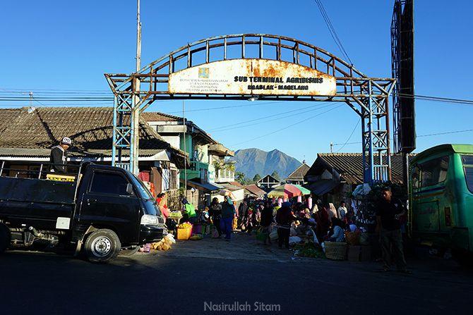 Gerbang Pasar Ngablak saat pagi hari