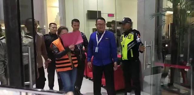 Agustiani Tio Tertunduk Malu Usai Jadi Tersangka Suap Caleg PDIP Kepada Komisioner KPU