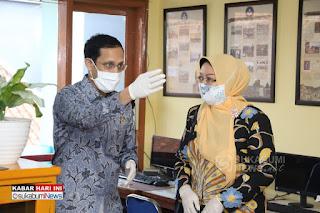 Mendikbud Nadiem Makarim bersama Kepala Sekolah SMAN4 Kota Sukabumi