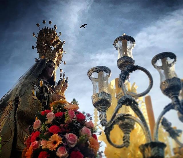 En esta historia comparto un milagro de la Virgen del Carmen en el cual un amigo mío recuperó la vista, acompañado de otras historias cotidianas relacionada con el tema de la fe.   Esta historia se incluye en un capítulo de mi libro El curso de la vida. Compraló aquí: https://tocapartituras.org/partitura/el-curso-de-la-vida-libro-de-chico-sanchez   También te invito a comprar mi libro: La Profecía de los Jaguares: https://tocapartituras.org/partitura/la-profecia-de-los-jaguares-libro-de-chico-sanchez   Conoce todos mis proyectos en http://www.chicosanchez.com y http//www.youtube.com/ChicoSanchez   Canción original: https://tocapartituras.org/partitura/el-rocio-chico-sanchez  Toda mi música: https://tocapartituras.org/?s=chico+sanchez+musica