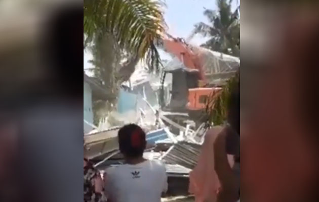 (Video) 'Bagus bu! Kasi rata!' - Isteri tua roboh rumah isteri muda kerana cemburu